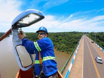 Técnico instala luminárias na Ponte Tancredo Neves - Foto: Nilton Rolin/ Itaipu Binacional